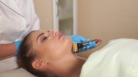 Женщина на beautician Доктор использует ролик microneedle mesotherapy акции видеоматериалы