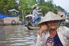 Женщина на Cai звенела плавая рынок Стоковые Изображения RF