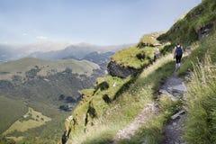 Женщина на hiking путь Стоковая Фотография RF