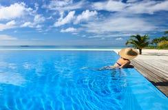 Женщина на poolside Стоковые Изображения