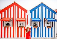 Женщина на striped предпосылке домов Стоковая Фотография
