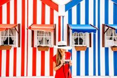 Женщина на striped предпосылке домов Стоковое Изображение RF