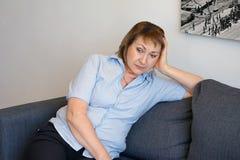Женщина несчастна стоковая фотография