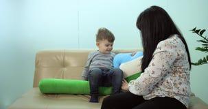 Женщина не будет играть с ее ребенком до ждать назначения на эпопее дантиста красной акции видеоматериалы