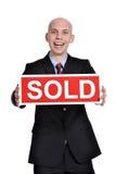 Женщина недвижимости держа проданный знак стоковая фотография rf