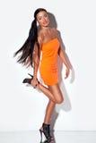 женщина ноги одного представляя сексуальная Стоковое фото RF