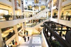 женщина ног принципиальной схемы мешка предпосылки ходя по магазинам белая Стоковые Изображения RF