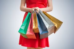 женщина ног принципиальной схемы мешка предпосылки ходя по магазинам белая Женщина в красном платье держит много красочных сумок Стоковая Фотография RF