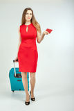 Женщина носит ваш багаж на крупный аэропорт стоковые изображения