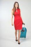 Женщина носит ваш багаж на крупный аэропорт стоковая фотография