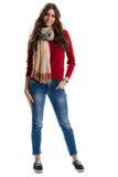 Женщина носит пуловер и шарф Стоковое Фото