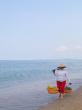 Женщина носит плодоовощи стоковая фотография rf