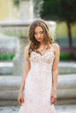 Женщина носит bridal платье около фонтана стоковое изображение rf