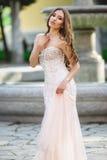 Женщина носит bridal платье около фонтана стоковые фотографии rf
