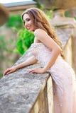 Женщина носит bridal роскошное платье стоковые изображения