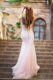 Женщина носит bridal роскошное платье стоковая фотография