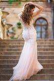 Женщина носит bridal роскошное платье стоковые изображения rf