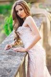Женщина носит bridal роскошное платье стоковая фотография rf