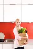 женщина нося бакалеи мешка Стоковая Фотография