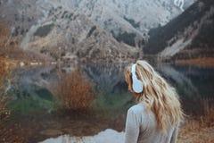 Женщина нося беспроволочный выстрел в голову на озере горы Стоковое Изображение RF