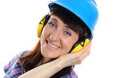 Женщина нося защитные шлем и наушники Стоковое Изображение RF