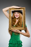 Женщина нося зеленое удерживание платья Стоковые Изображения