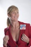 Женщина нося избрание проголосовала стикер стоковая фотография rf