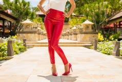 Женщина нося красные кожаные брюки и ботинки высокой пятки стоковые изображения