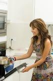 Женщина нося красочное платье в современной кухне Стоковое фото RF