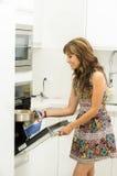 Женщина нося красочное платье в современной кухне Стоковое Изображение RF