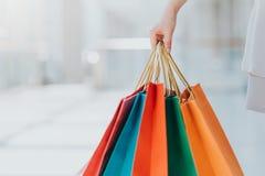 Женщина нося красочные хозяйственные сумки Стоковые Фото