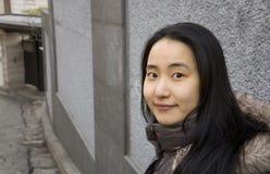 Женщина нося куртку во время зимы в городе стоковая фотография rf