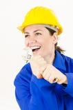 Женщина держа регулируемый ключ Стоковые Фотографии RF