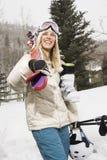 женщина нося лыжи оборудования стоковая фотография rf