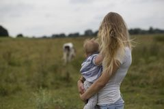 Женщина нося младенца снаружи в природе Стоковая Фотография