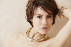 Женщина нося модное ожерелье Стоковые Фотографии RF