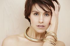 Женщина нося модное ожерелье Стоковое Изображение RF