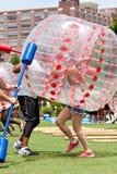 Женщина нося пластичный шарик бежит шпицрутен пузыря на событии Атланты Стоковое Изображение RF