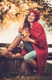 Женщина нося связанное пальто в парке осени Стоковые Изображения