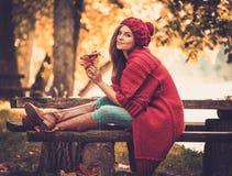 Женщина нося связанное пальто в парке осени Стоковая Фотография RF