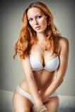Женщина нося сексуальное белое женское бельё Стоковые Изображения RF
