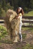женщина нося сена Стоковое Изображение RF