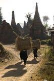 женщина нося сена Стоковые Фото