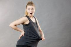 Женщина нося слишком большую футболку Стоковое Изображение RF
