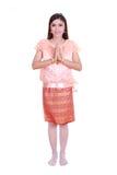 Женщина нося типичное тайское уважение оплаты платья изолированное на белом b стоковое изображение