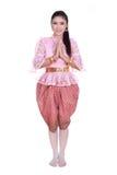 Женщина нося типичное тайское уважение оплаты платья изолированное на белом b Стоковые Фото