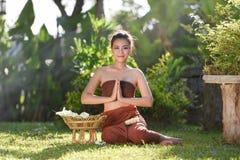 Женщина нося типичное тайское уважение оплаты платья Стоковое Фото