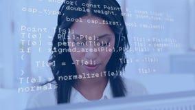 Женщина нося шлемофон пока использующ компьютер сток-видео