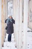 Женщина нося шлем Стоковое Фото