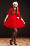 Женщина нося шляпу Санта Клауса на черноте Стоковые Изображения